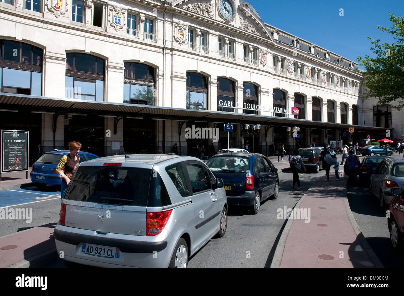 Gare Toulouse Matabiau - The facade of the Toulouse central train station. Passengers being picked up and dropped - Stock Image