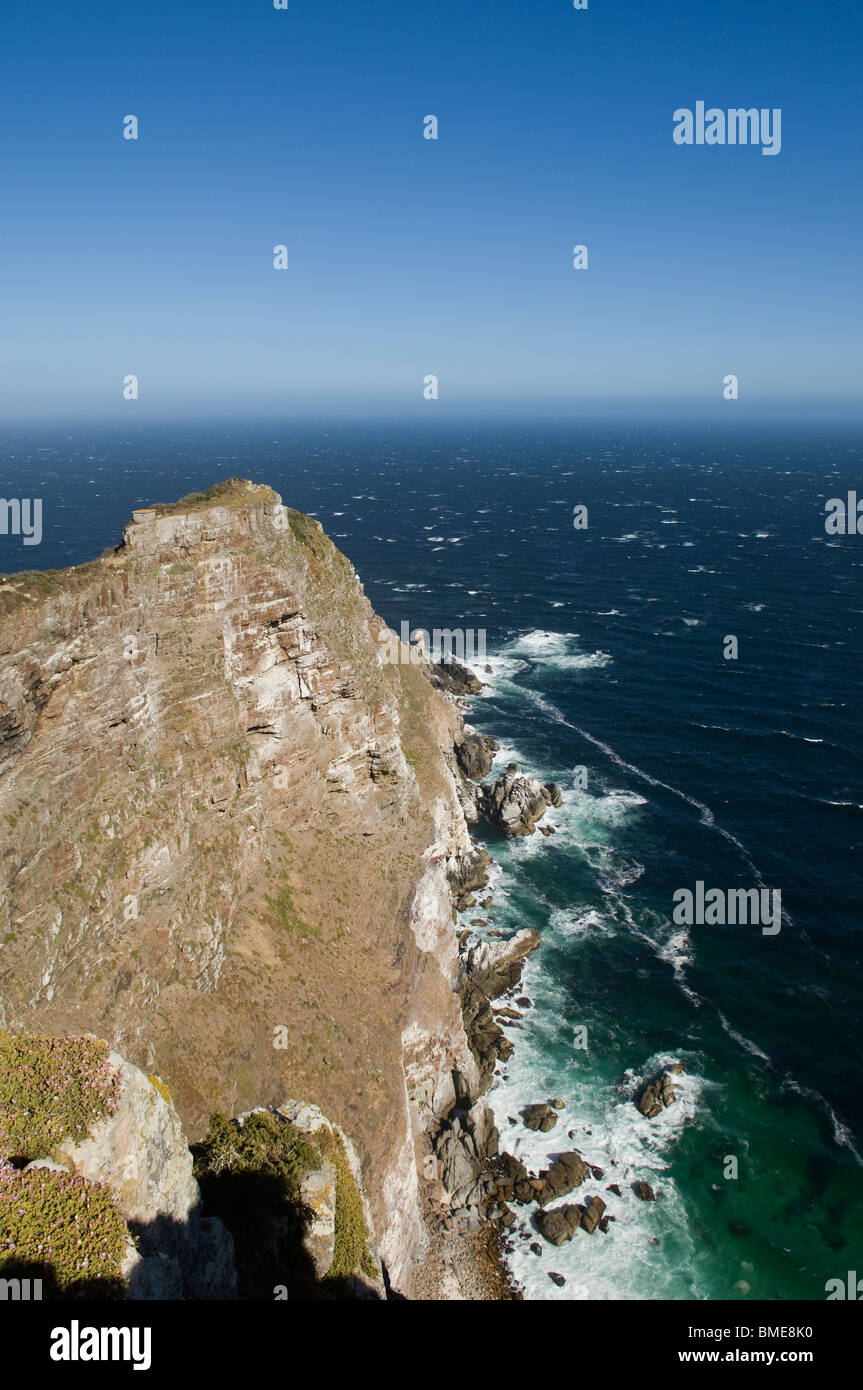 Elevated view of cliff with ocean - Stock Image