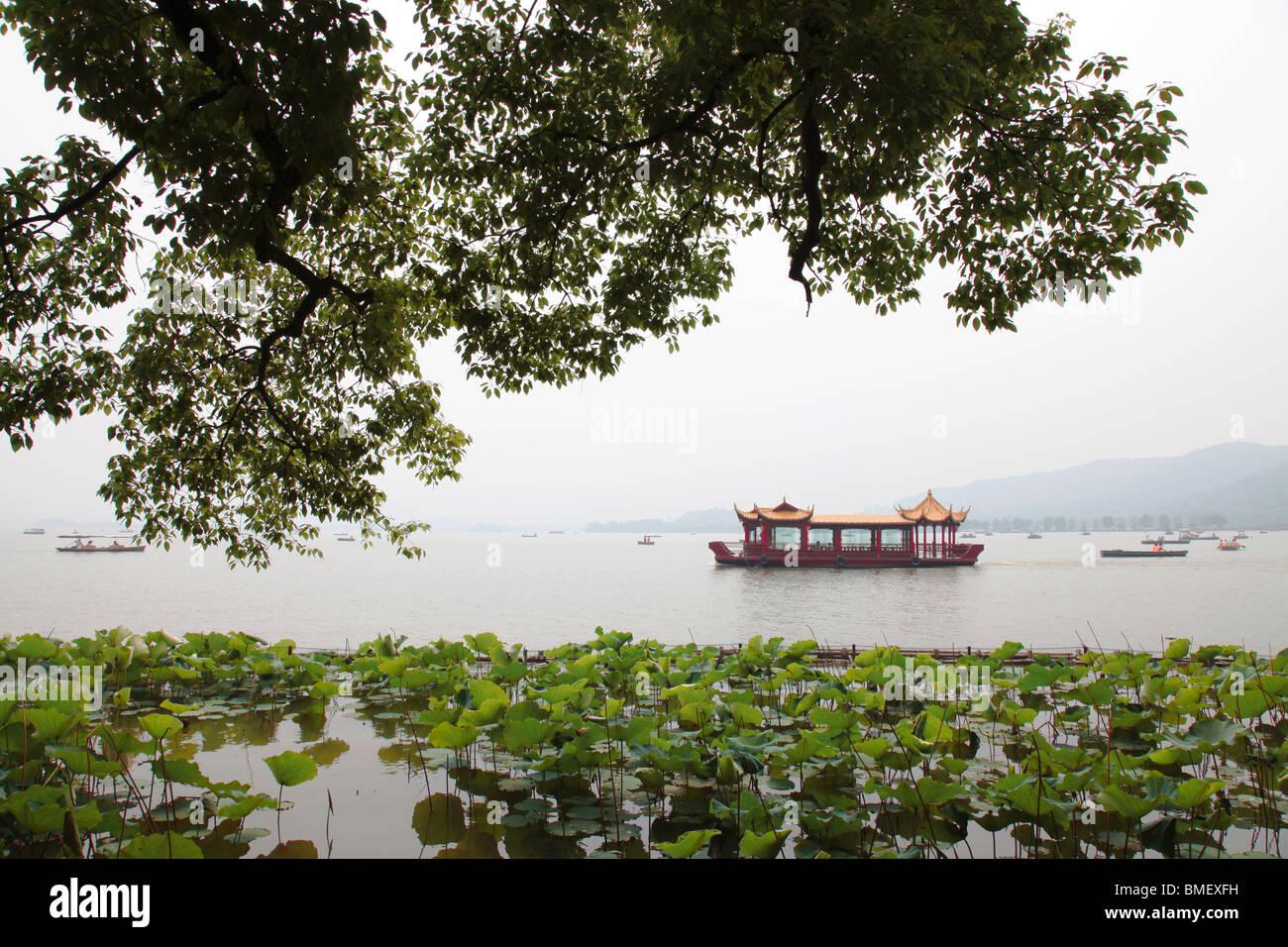 Tour boat on West Lake, Hangzhou City, Zhejiang Province, China - Stock Image