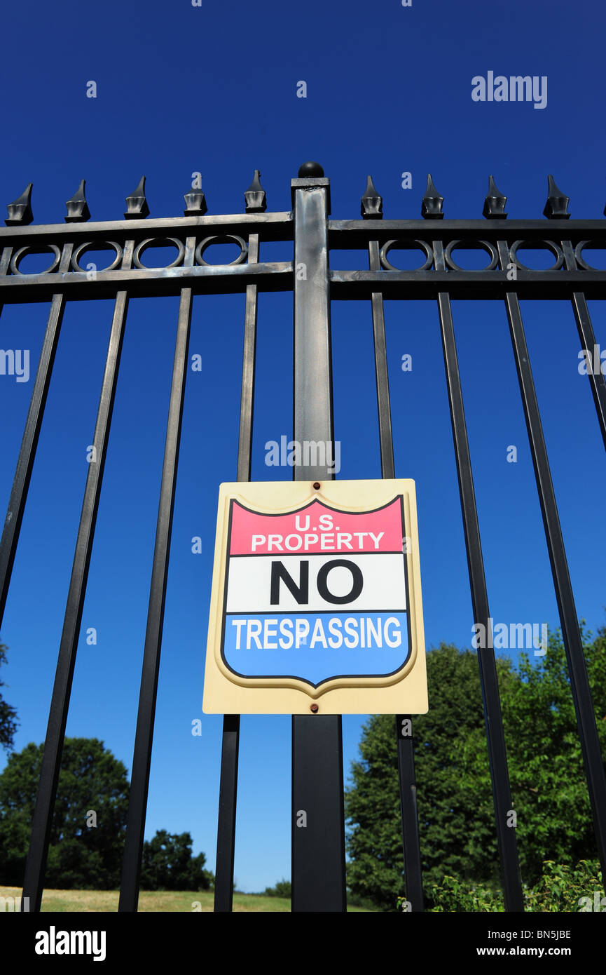 usa-united-states-government-property-no-trespassing-sign-on-fence-BN5JBE.jpg