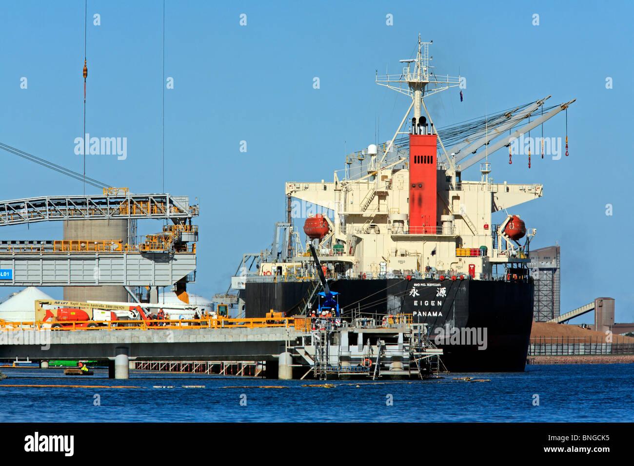 bulk-carrier-loading-cargo-at-the-port-of-newcastle-nsw-australia-BNGCK5.jpg