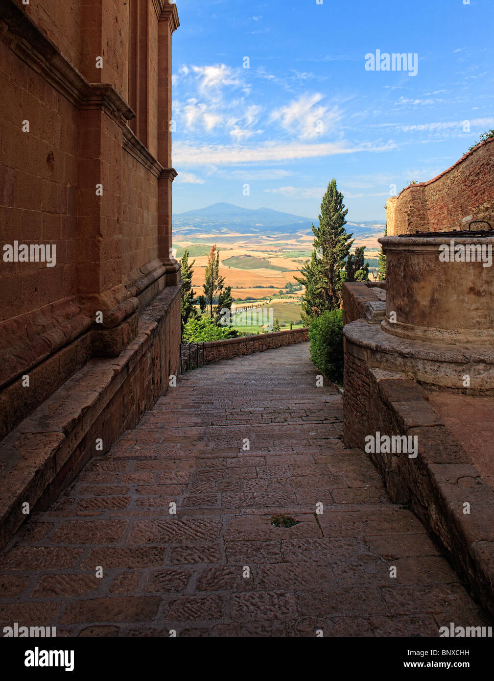 Walkway in Pienza provides stunning views of the surrounding Tuscan landscape - Stock Image
