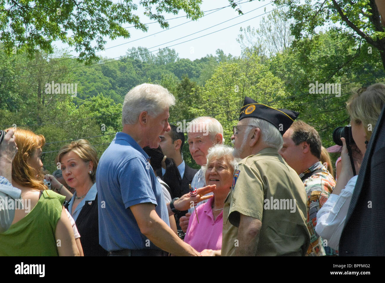bill-clinton-and-hillary-clinton-shake-hands-with-world-war-ii-veteran-BPFMG2.jpg