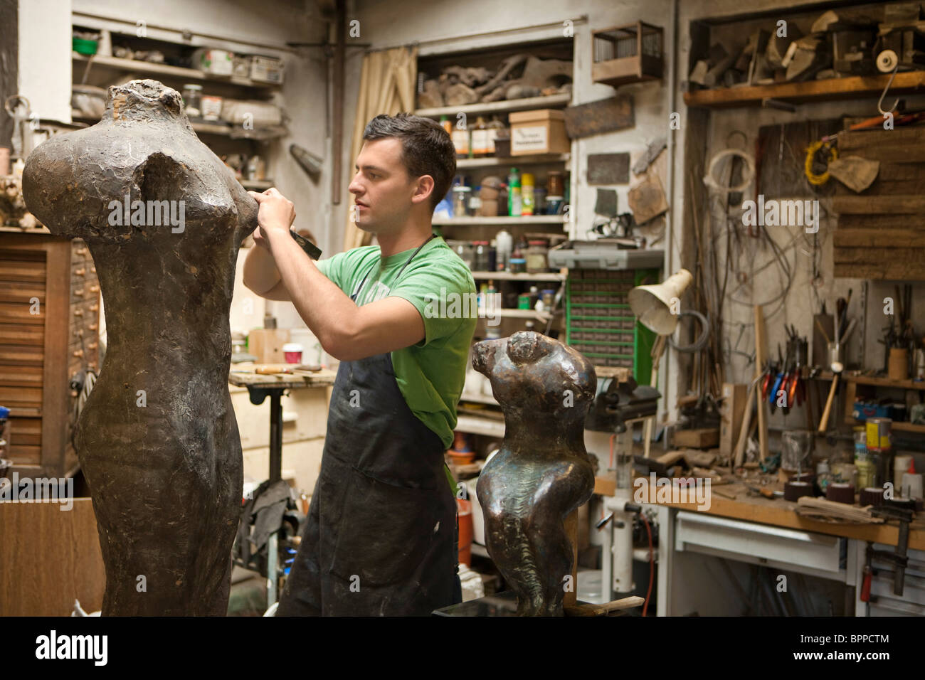 Artist working on sculpture - Stock Image