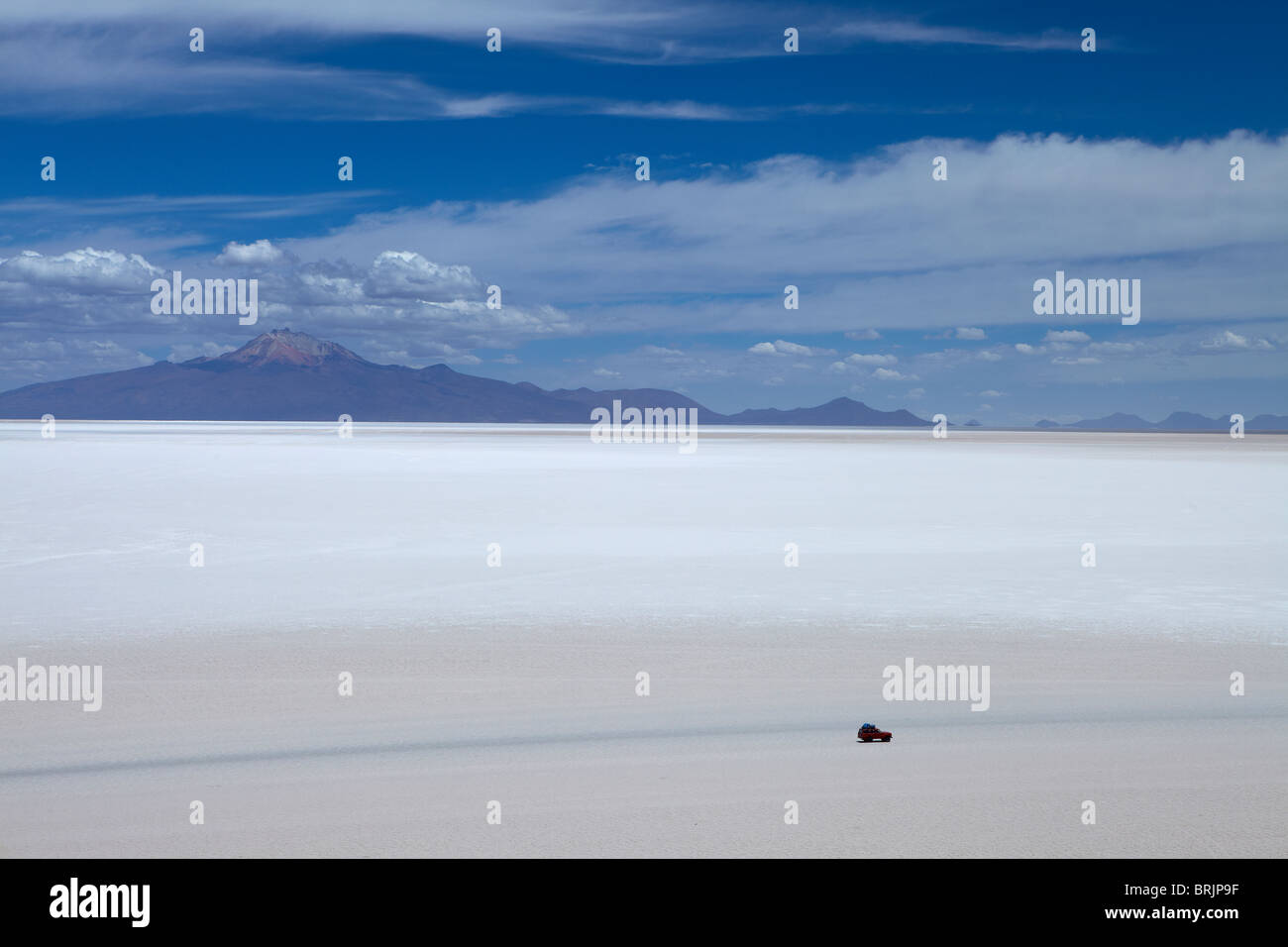 a lone vehicle on the Salar de Uyuni, Bolivia - Stock Image