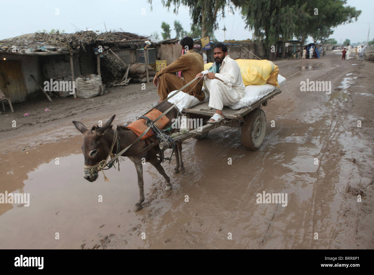 aid distribution to pakistan flood victims - Stock Image