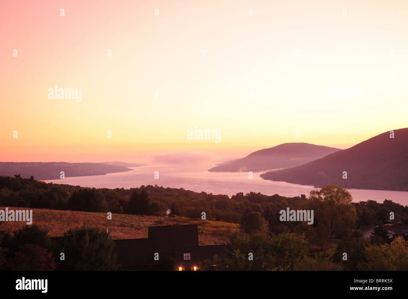 usa-new-york-ny-sunrise-over-vineyards-and-canandaigua-lake-finger-BRRK5X.jpg