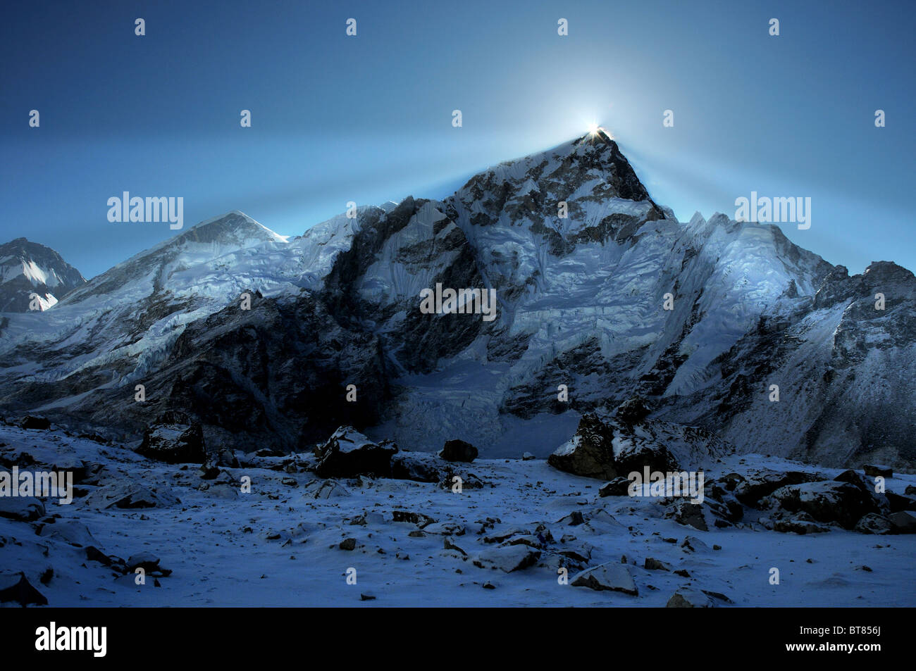 sunrise-over-mount-everest-seen-from-gorak-shep-BT856J.jpg