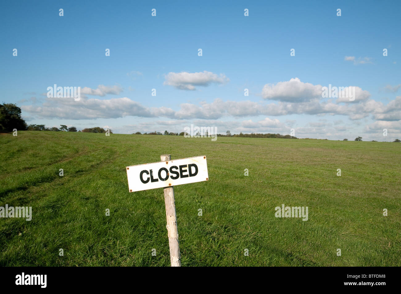 a-rather-incongruous-closed-sign-in-the-middle-of-a-field-newmarket-BTFDM8.jpg
