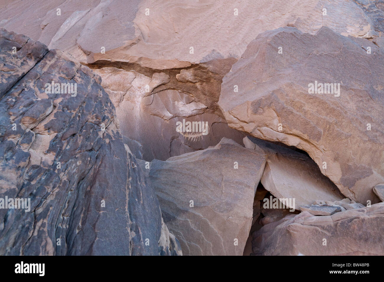 Depiction of a boat with crew - rock-art in the Eastern Desert of Egypt, North Africa - Stock Image
