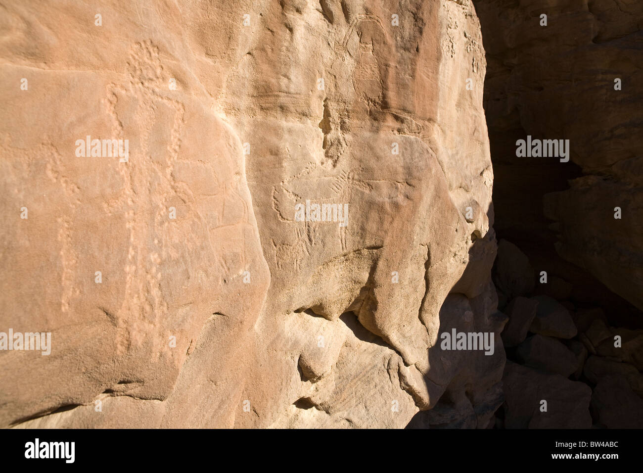 Petroglyph of man with bow on rock-face in Eastern Desert of Egypt - Stock Image