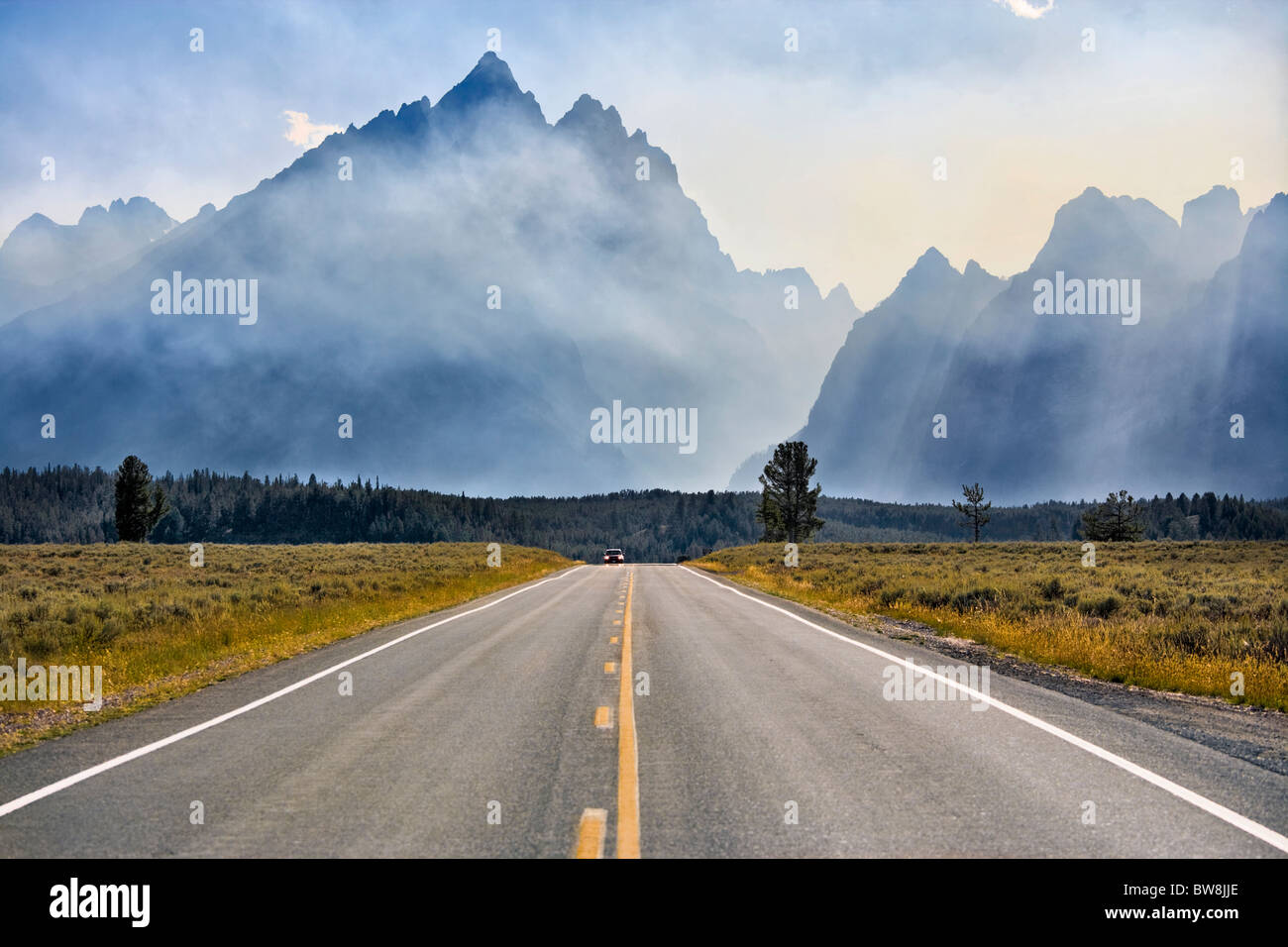https://c7.alamy.com/comp/BW8JJE/mount-teton-in-grand-teton-national-park-wyoming-jenny-lake-loop-road-BW8JJE.jpg