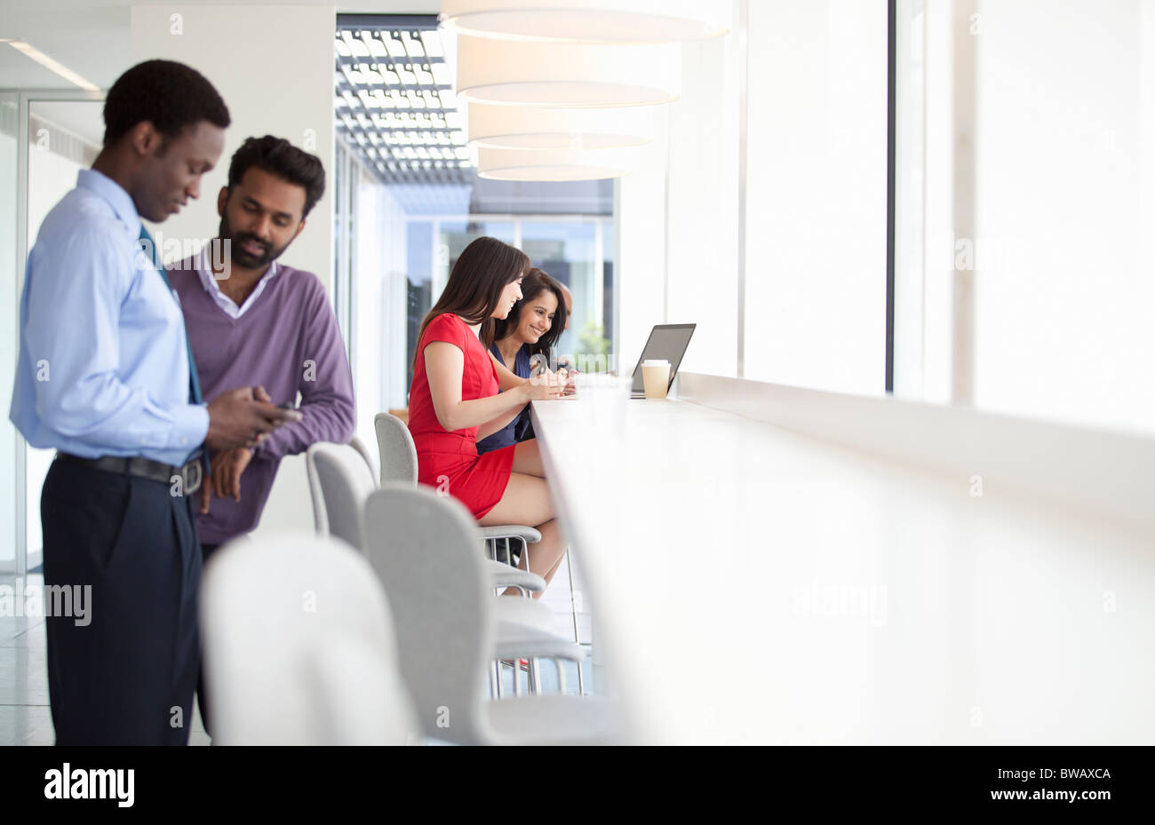 Businesspeople using mobile technology - Stock Image