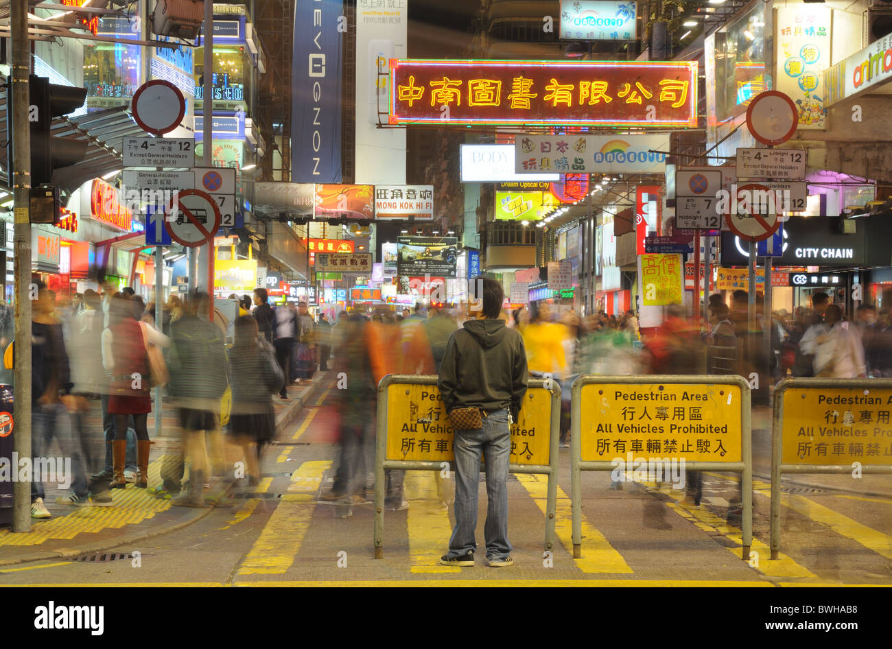 crowds-fill-hong-kongs-streets-shopping-for-chinese-new-year-BWHAB8.jpg
