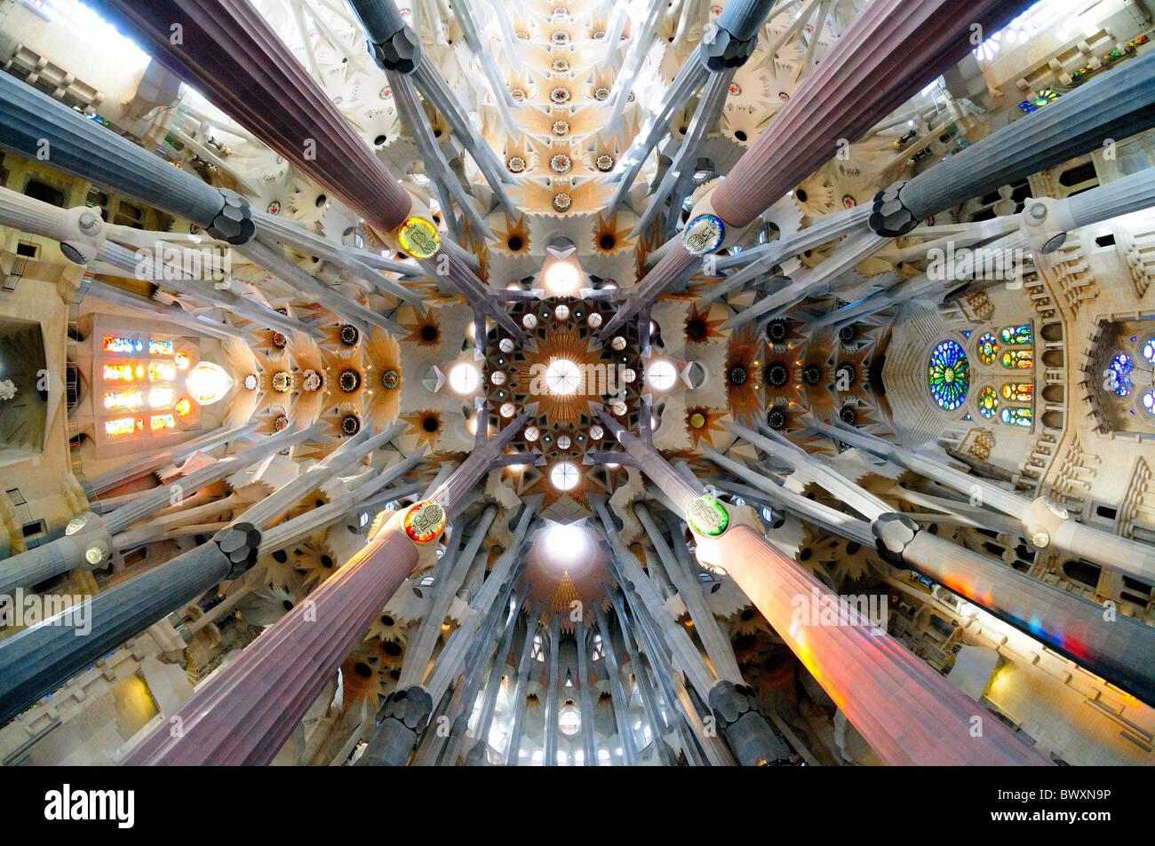 sagrada-familia-ceiling-and-columns-BWXN