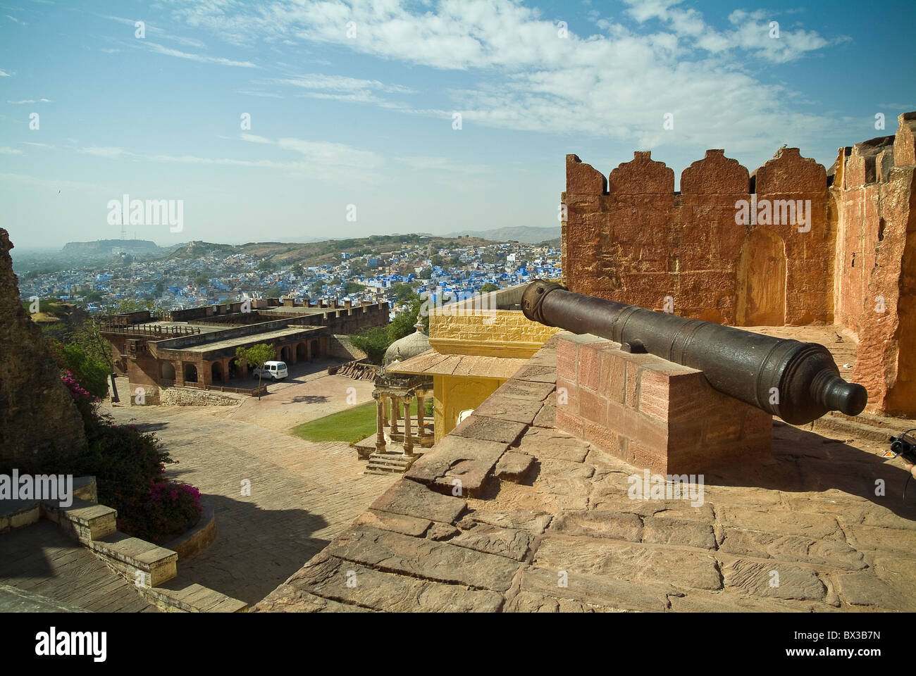 Old cannon at Mehrangarh Fort facing out over the town of Jodhpur, Rajasthan, India - Stock Image