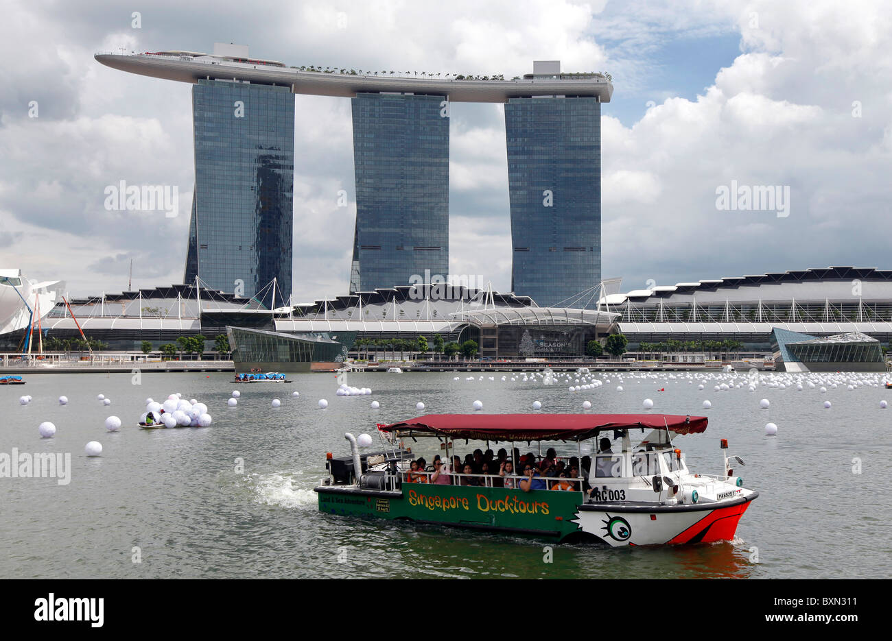 Singapore: Boat at the Marina Bay with Marina Bay Sands Resort Hotel and Shopping Mall in the background - Stock Image