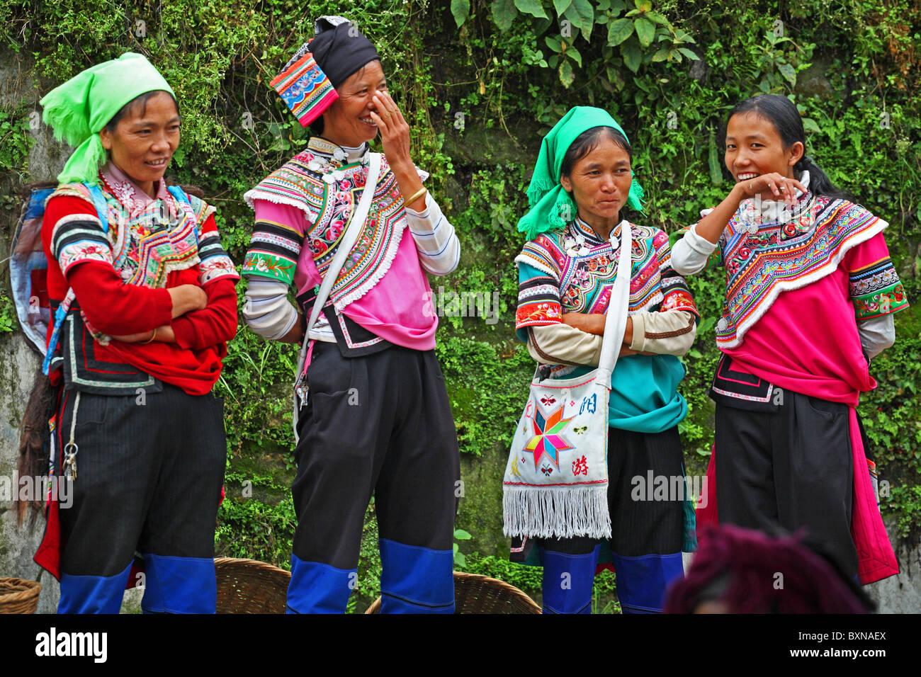 Laughing Yi women at market, Yuanyang, Yunnan Province, China - Stock Image
