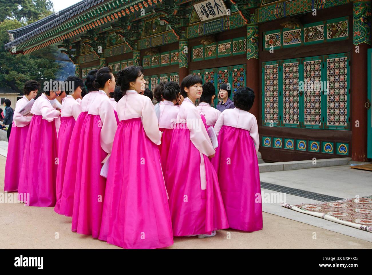 Worshippers at Bongeunsa Buddhist temple, Seoul, South Korea - Stock Image