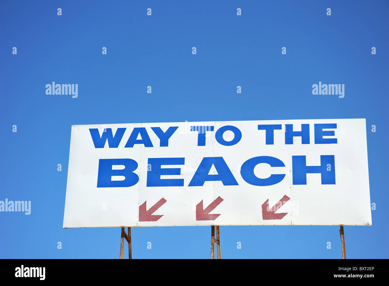 Sign directing people to the beach - Stock Image