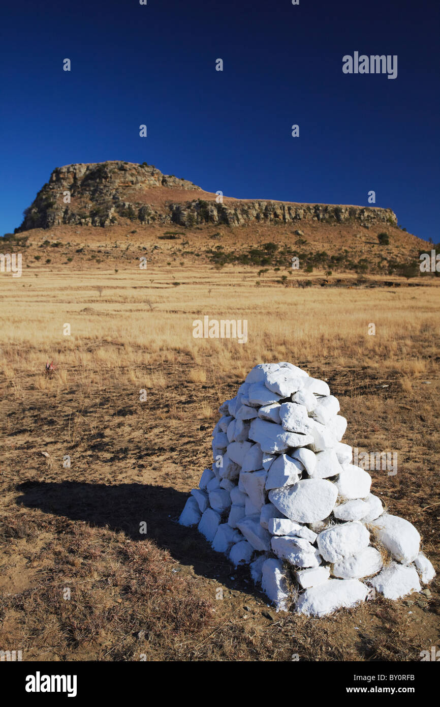 White stone cairn (memorial) at Isandlwana, Thukela, KwaZulu-Natal, South Africa - Stock Image