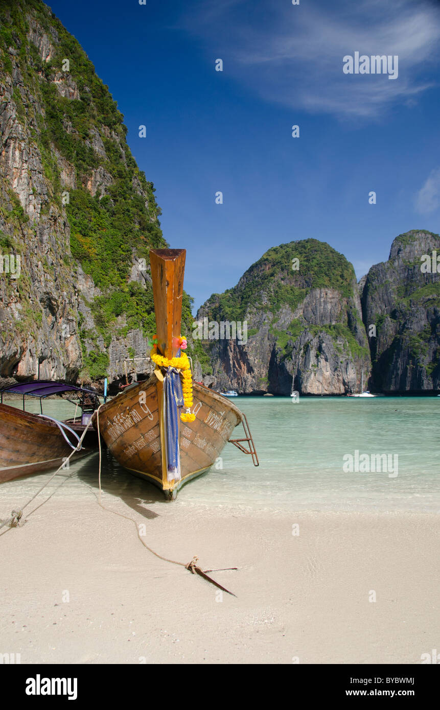 Thailand, Andaman Sea, Phuket. Maya Bay, Phi Phi Leh (aka Phi Phi Island), traditional Thai longboats. - Stock Image