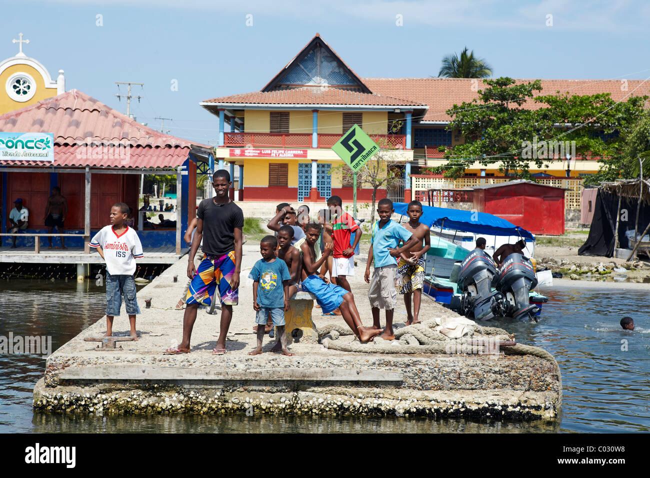 Colombian kids on boat pier, Baru Island, Colombia - Stock Image