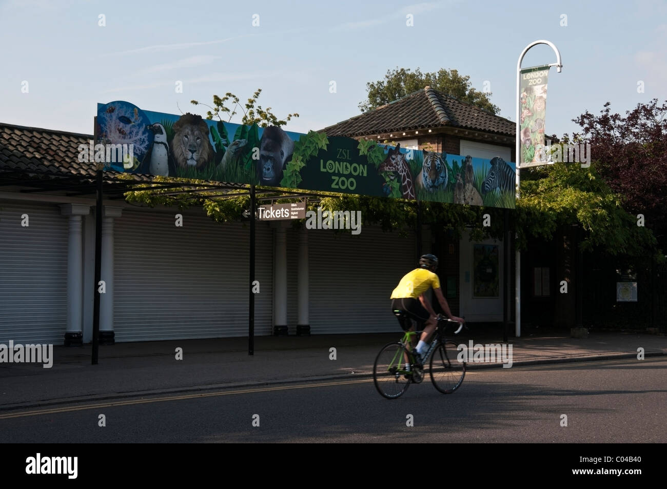 London Zoo sign, Zoological Gardens entrance and biker in yellow t-shirt, Regents Park, England, UK, Europe, EU - Stock Image