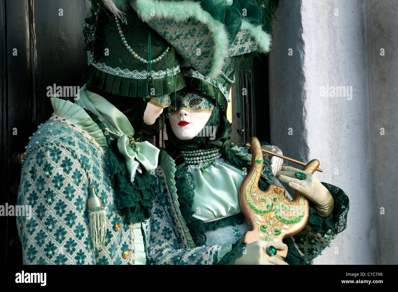 two-costumed-models-posing-at-the-venice-carnival-venice-italy-C1C7X6.jpg