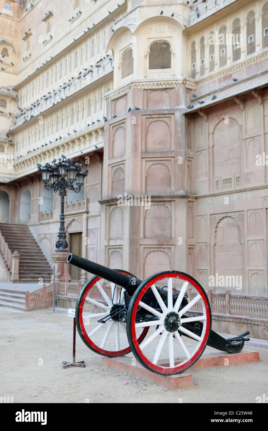 Cannon outside the Bikaner fortress, Rajasthan, India - Stock Image