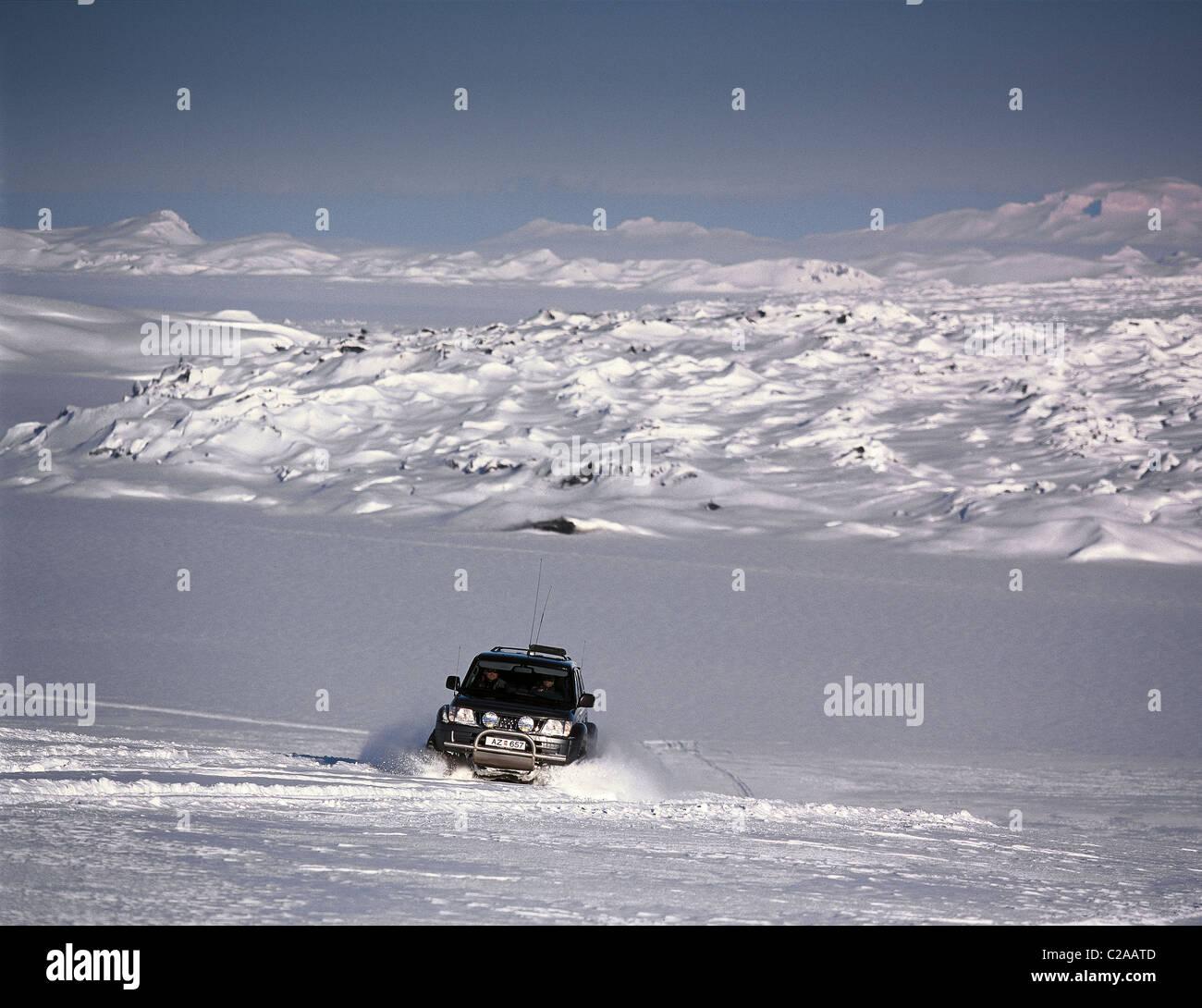 Jeep off-roading on Dyngjujokull glacier, Iceland - Stock Image