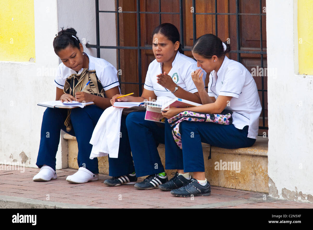 Girls studying, Getsamani, old town, Cartagena, Colombia - Stock Image