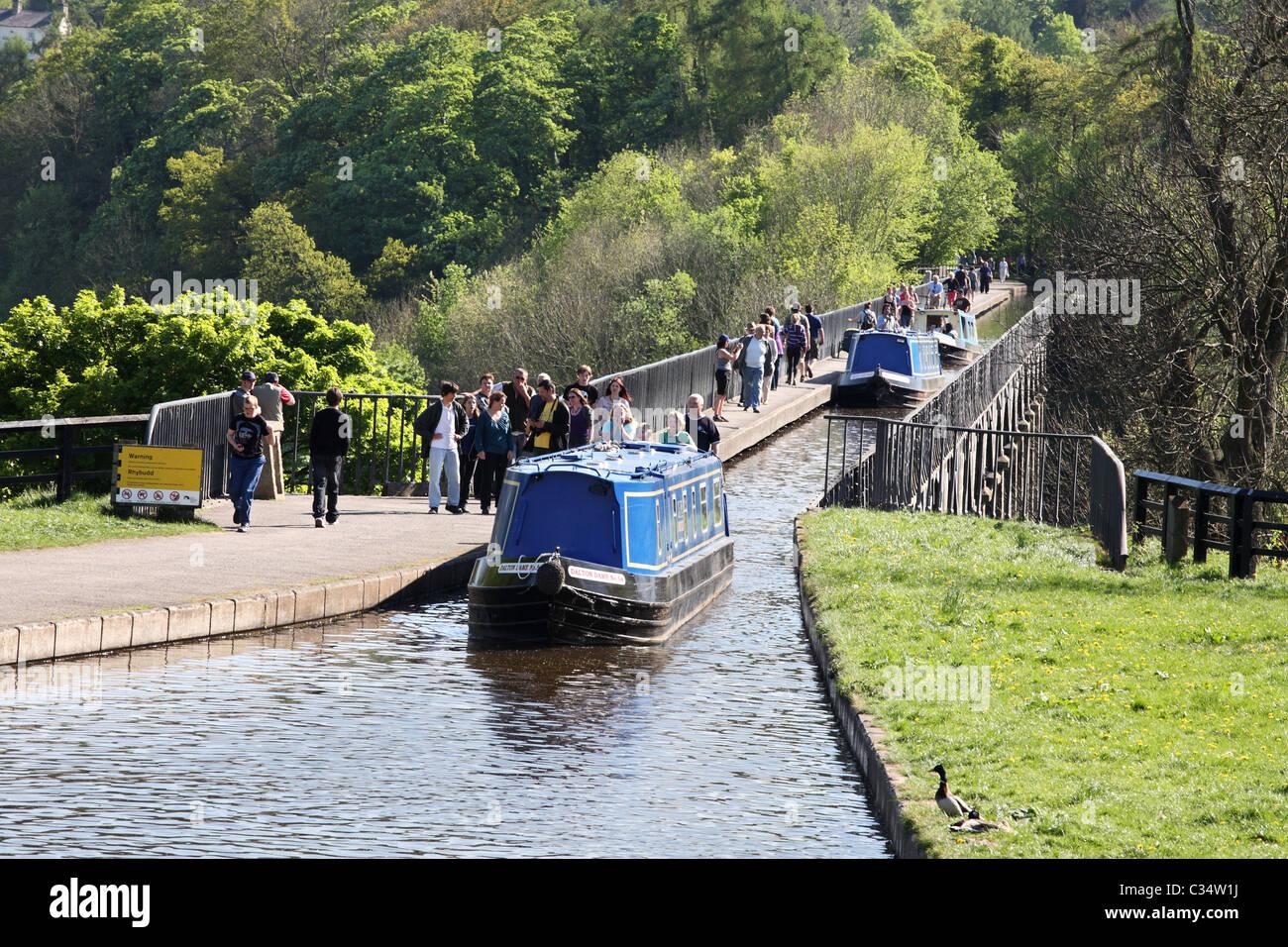 Narrow boats cross the Pontcysyllte Aqueduct at Llangollen, Wales, UK Stock Photo