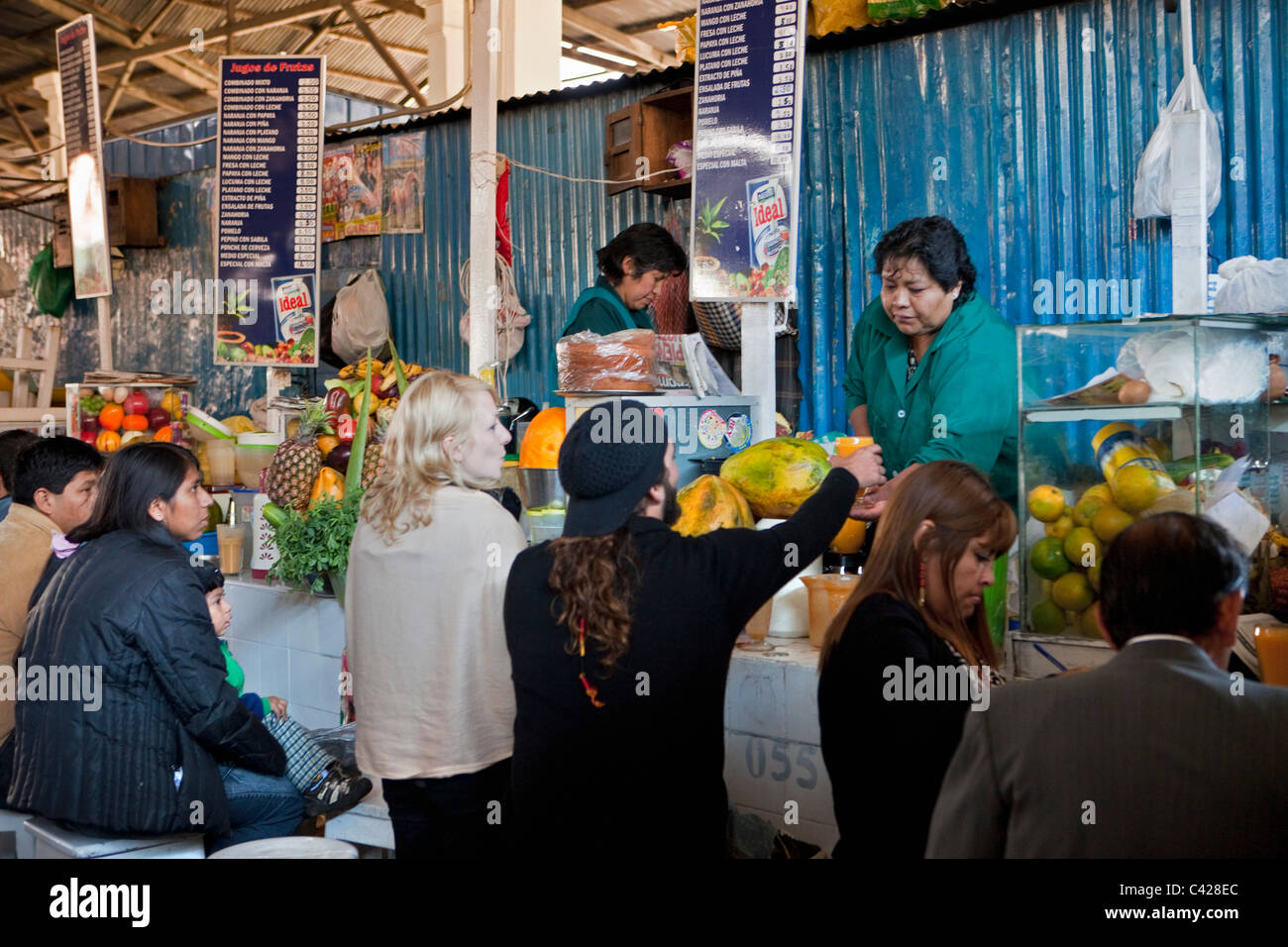 Peru, Cusco, Cuzco. Market, selling fruit juice. - Stock Image