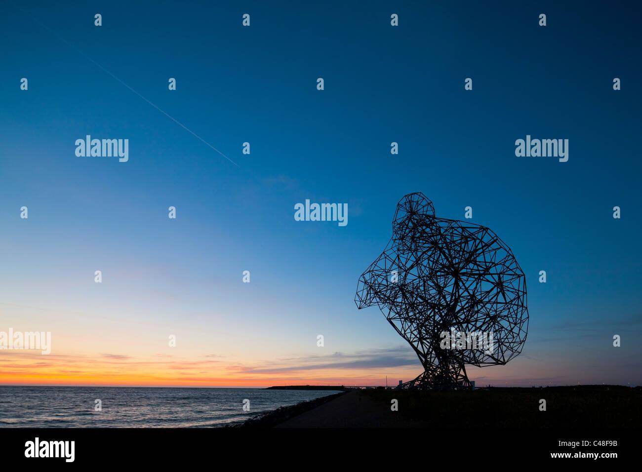 https://c7.alamy.com/comp/C48F9B/antony-gormley-sculpture-exposure-looking-out-over-the-ijsselmeer-C48F9B.jpg