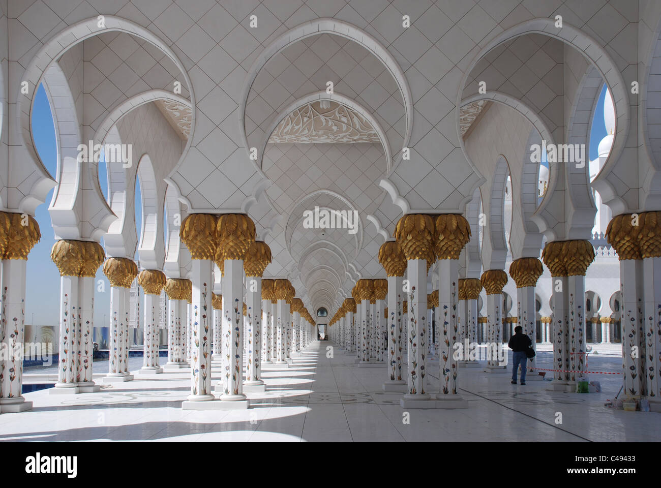 Walkway at Sheikh Zayed Mosque Abu Dhabi - Stock Image
