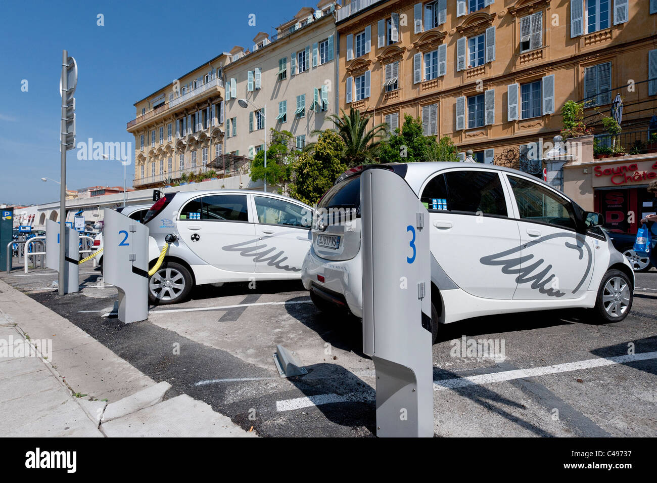 Electric cars - Auto Bleue electric car at charging point in the French city of Nice in Côte d'Azur - Stock Image