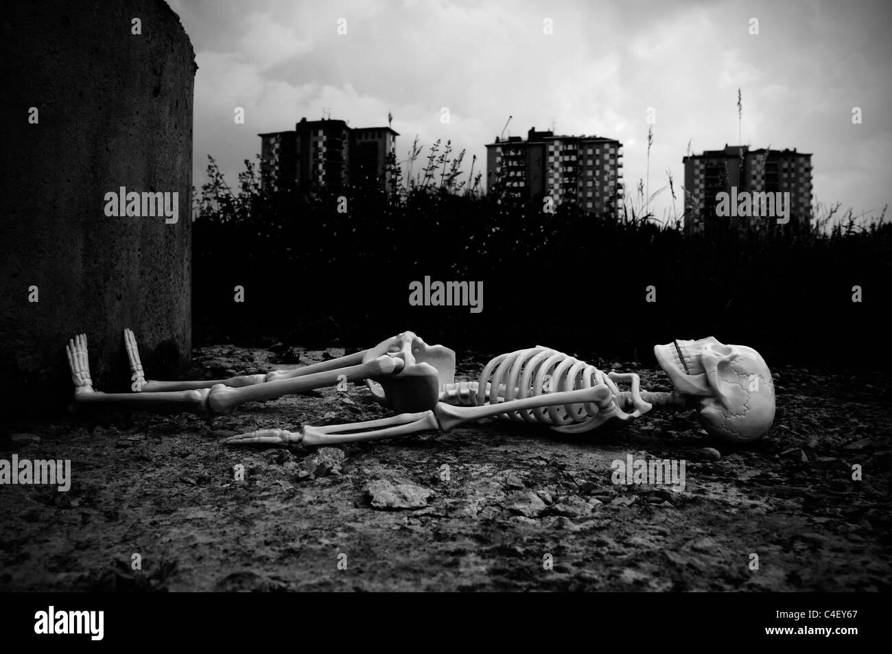 Skeleton lying on the ground - Stock Image