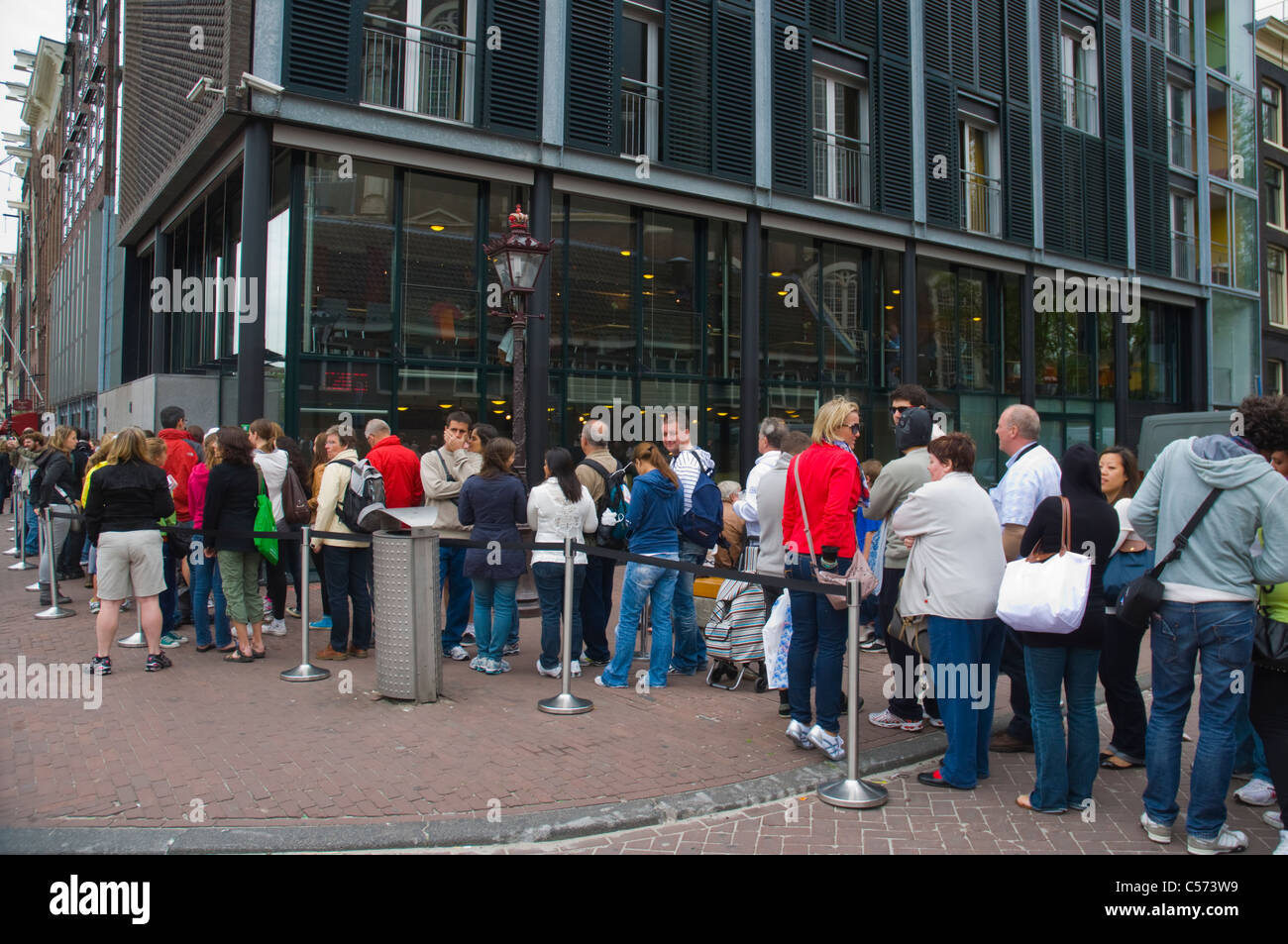 queue outside het anne frank huis the anne frank house
