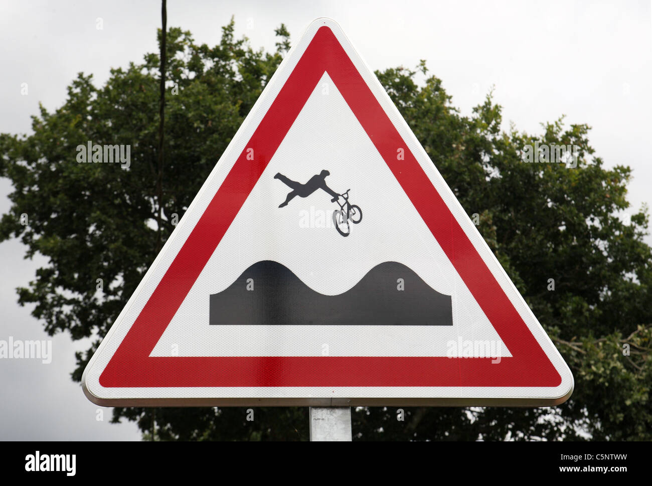 a-road-sign-warning-cyclists-of-an-uneven-surface-ahead-that-could-C5NTWW.jpg