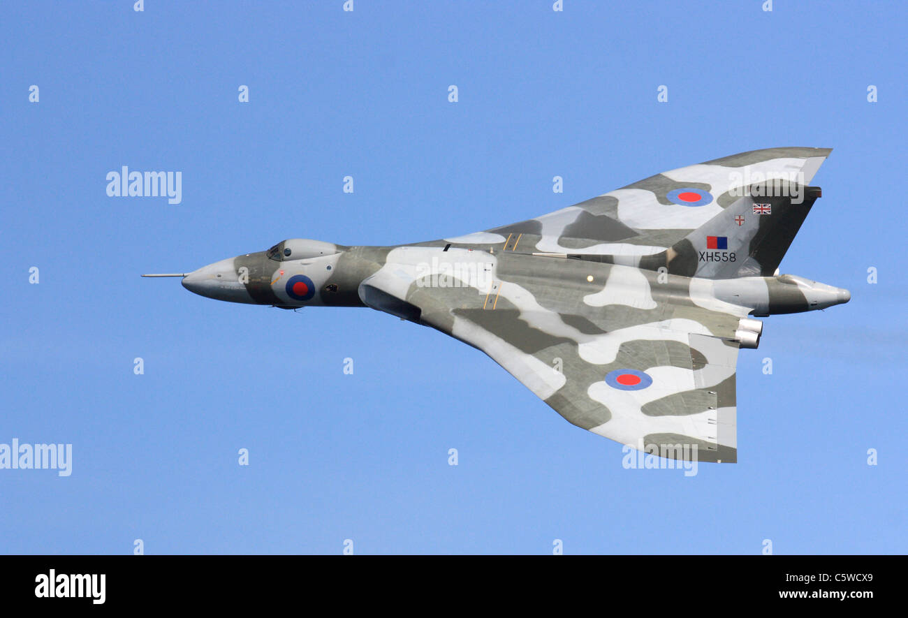 vulcan-bomber-sunderland-air-show-2011-north-east-england-uk-C5WCX9.jpg