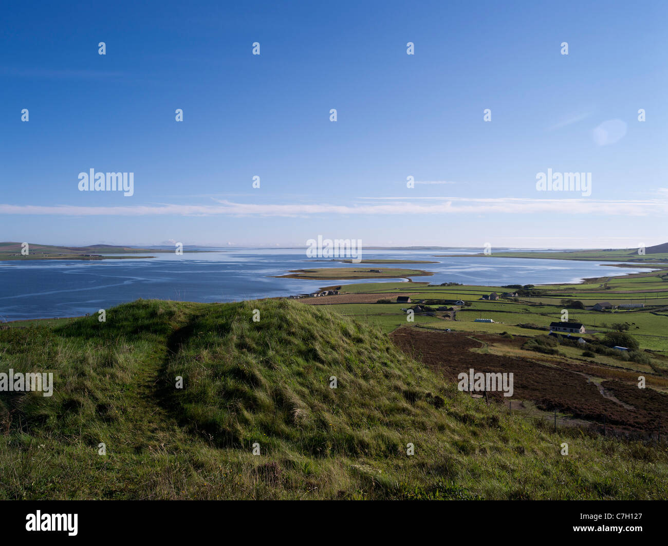 dh Cuween Hill FIRTH ORKNEY Cuween Hill Chambered Cairn neolithic burial mound and Bay of Firth Stock Photo