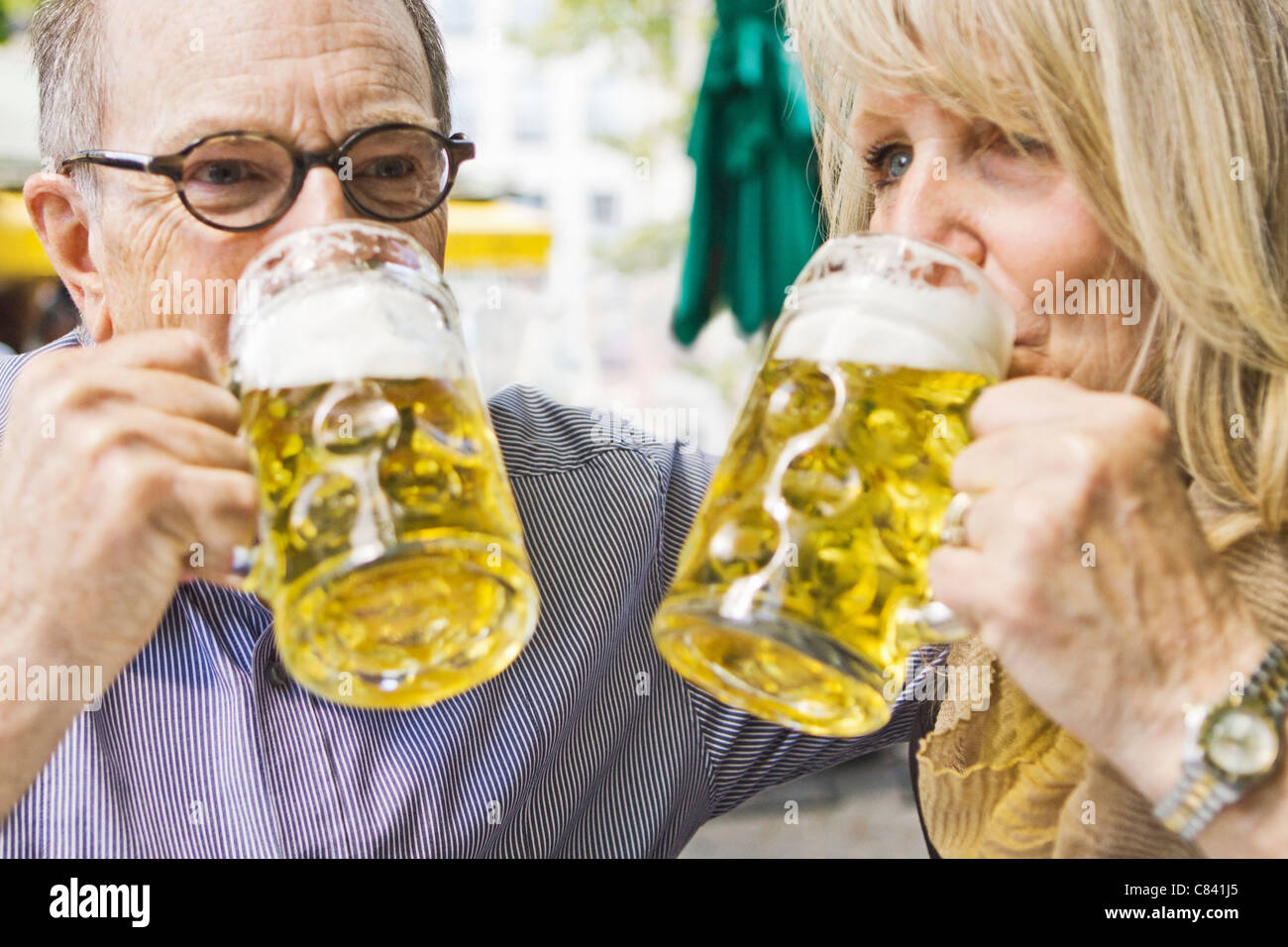 Older couple drinking beer together - Stock Image