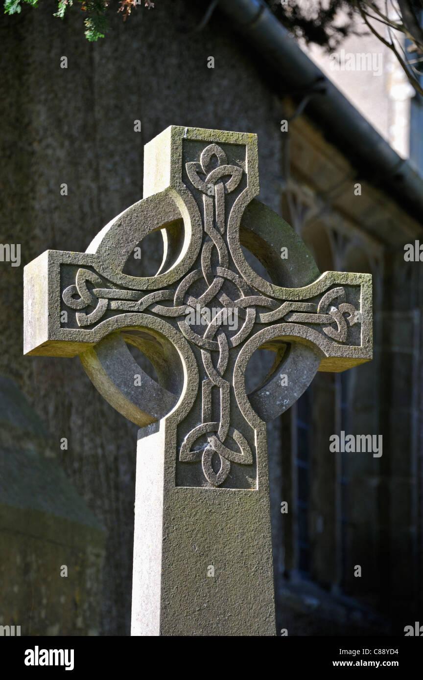 detail-of-gravestone-with-celtic-cross-design-church-of-saint-cuthbert-C88YD4.jpg