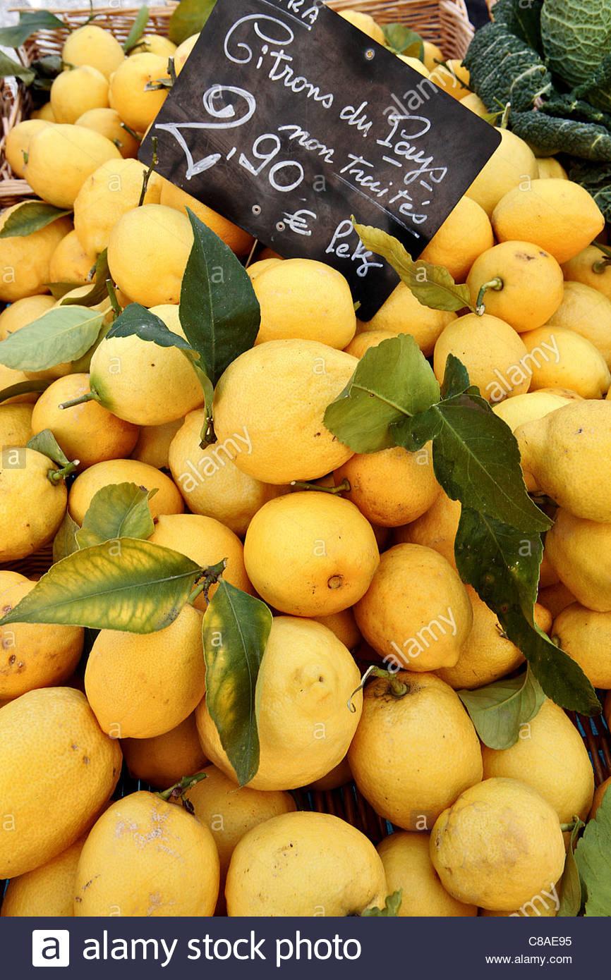 Lemons on a market stall - Stock Image