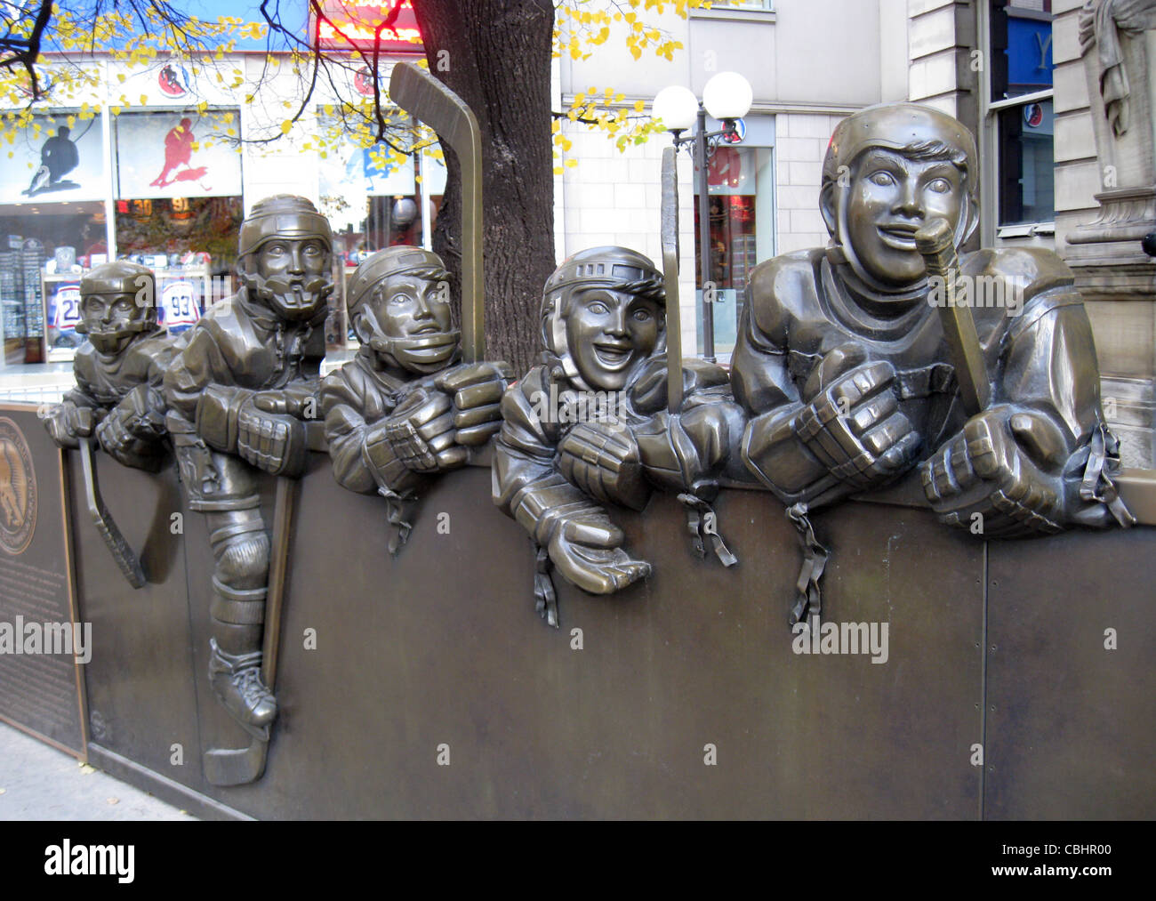 HOCKEY HALL OF FAME, Toronto. Sculpture of players outside the museum. Photo Tony Gale - Stock Image