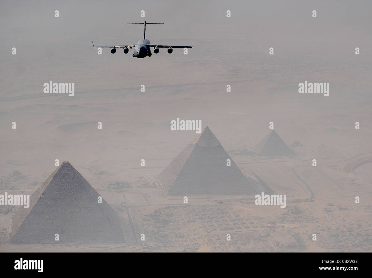 A C-17 Globemaster III flies over Cairo with the Pyramids of Giza in the distance Oct. 15, 2009 during Exercise - Stock Image