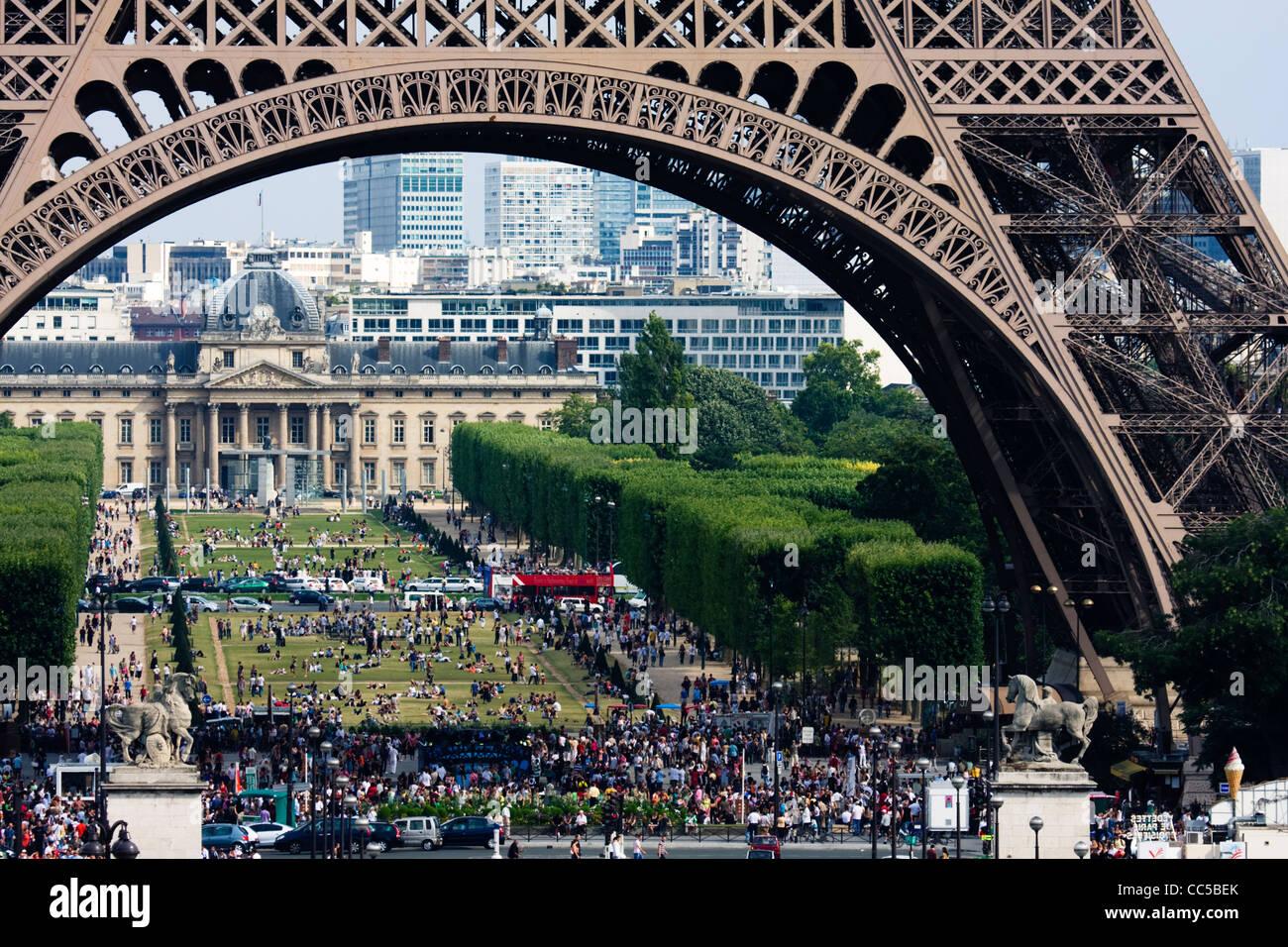 Crowds under Eiffel Tower and on Champ de Mars, Paris, France. - Stock Image