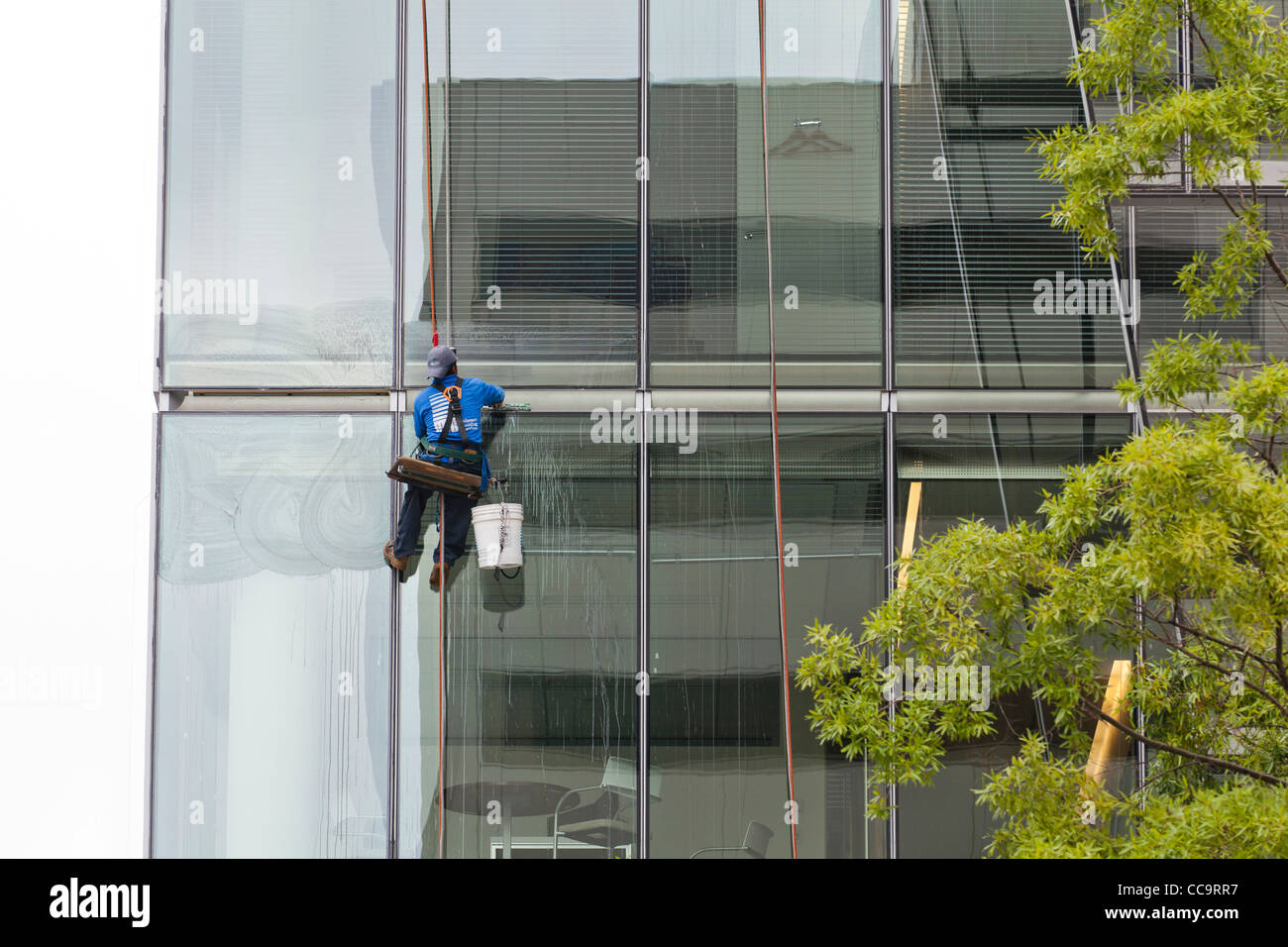 High rise window cleaner sitting in a bosunu0027s chair & High rise window cleaner sitting in a bosunu0027s chair Stock Photo ...