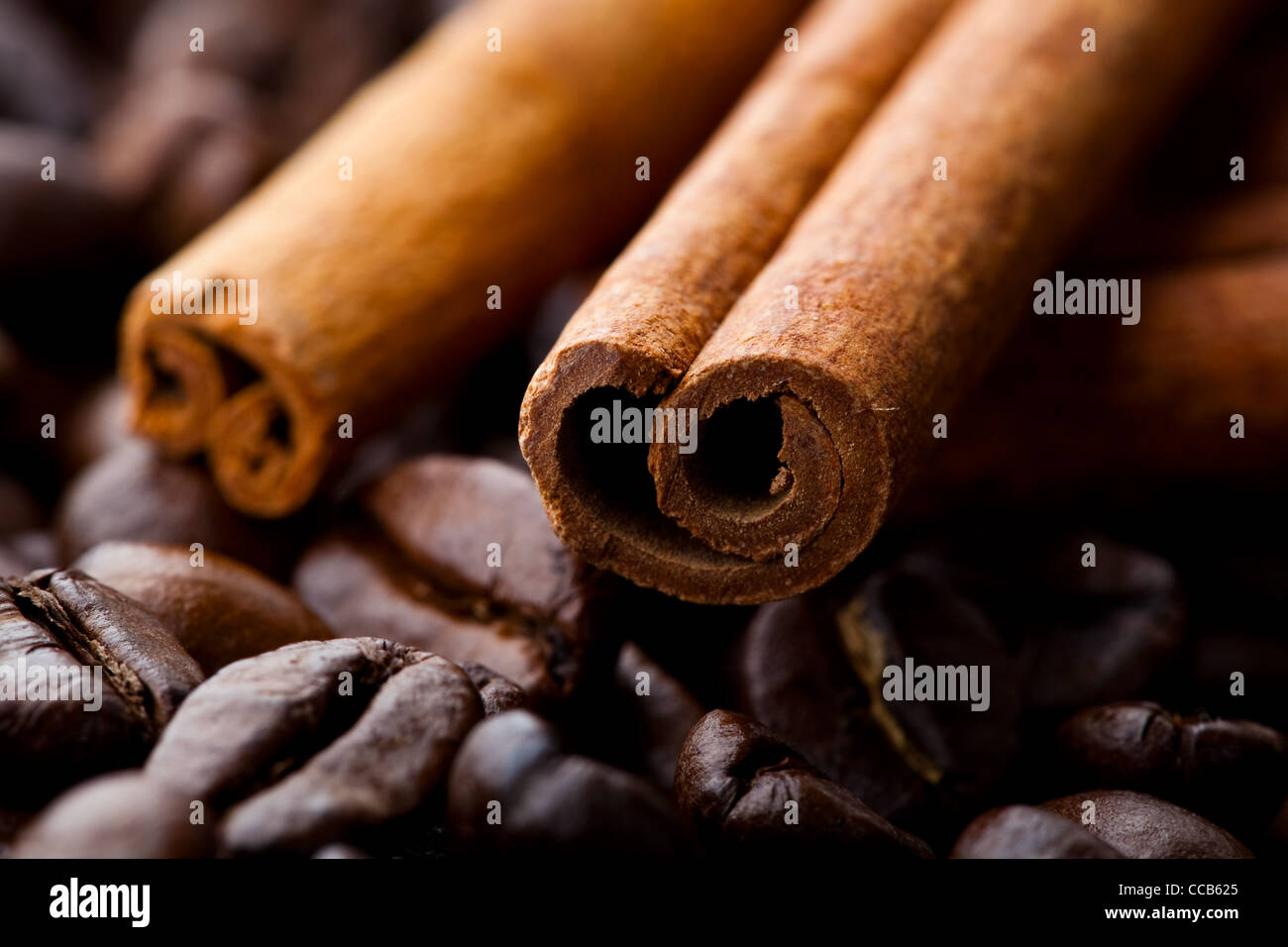 Close-up of cinnamon sticks and roasted coffee beans - Stock Image